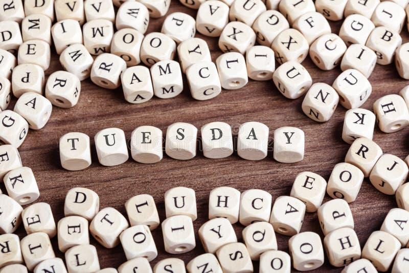 Dienstag, Wochentageswort auf Würfelbuchstaben in der Chaostabelle lizenzfreie stockfotos