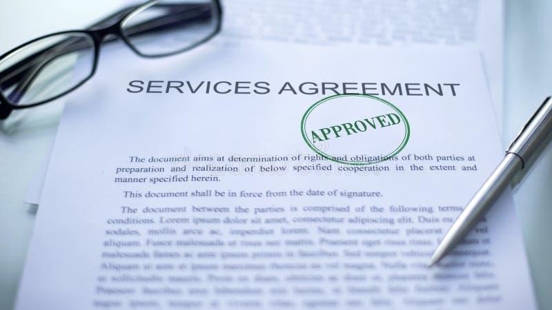 Dienstleistungsvertrag genehmigt, Dichtung gestempelt auf amtlicher Urkunde, Geschäftsvereinbarung lizenzfreie stockfotografie