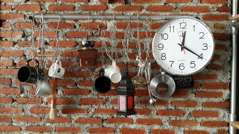 Dienstprogramme, die an der Wand hängen stockbilder