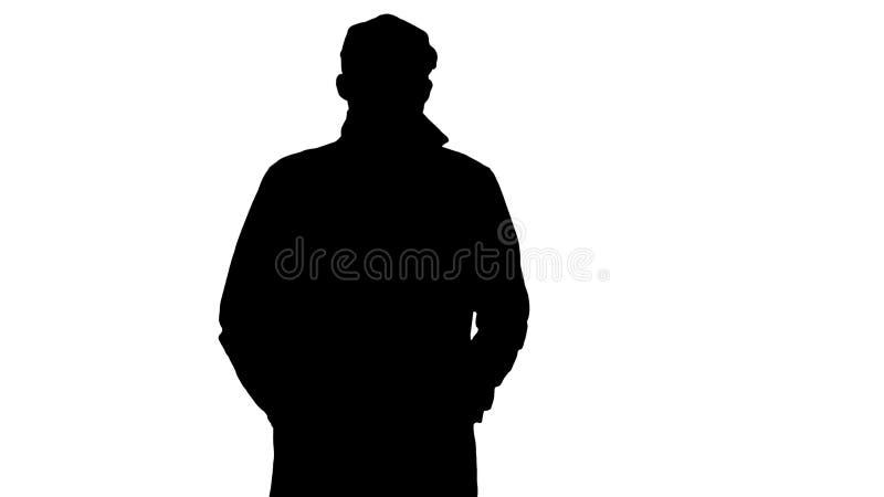 Dient de silhouet Zekere mens in geulholding de zakken en het lopen in royalty-vrije stock fotografie
