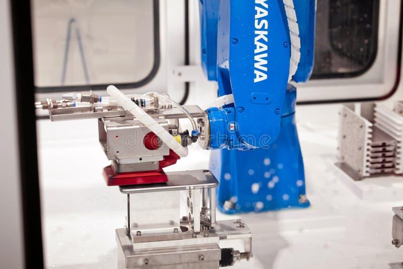Dient de Yaskawa industriële robot verwerkende industrie op tentoonstelling CeBIT 2017 in Hanover Messe, Duitsland in stock afbeeldingen