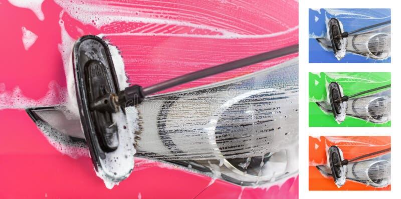 Dient het auto voorlicht die in zelf worden gewassen autowasserette, borstel die slagen in shampooschuim verlaten op glas De roze stock foto's