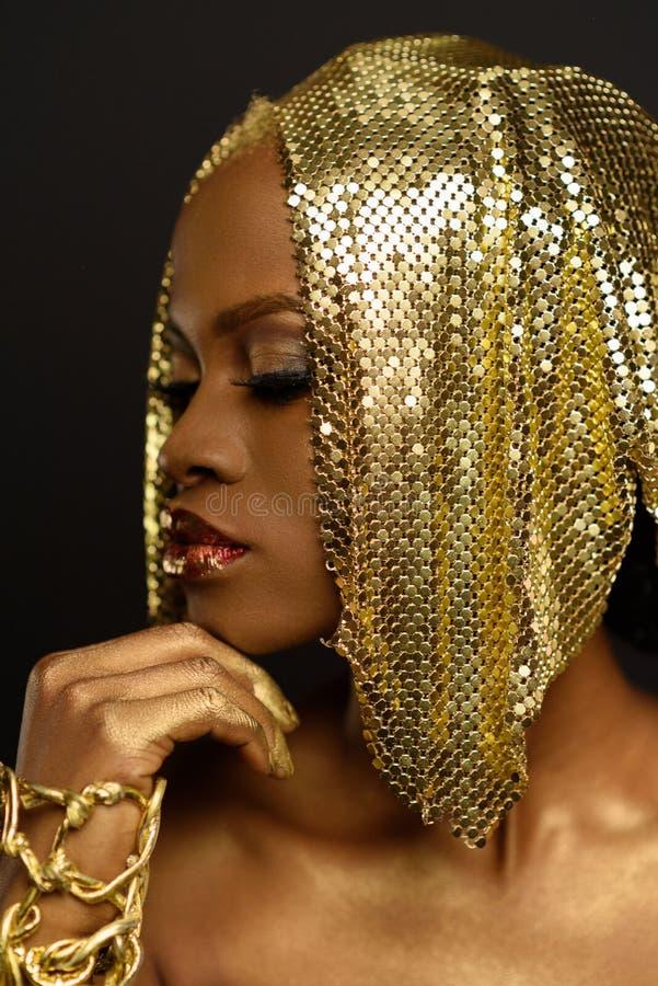 Dient het zijaanzicht mooie gezicht van een aantrekkelijk Afrikaans zwarte en haar die gezicht in, op studioachtergrond wordt geï royalty-vrije stock afbeelding