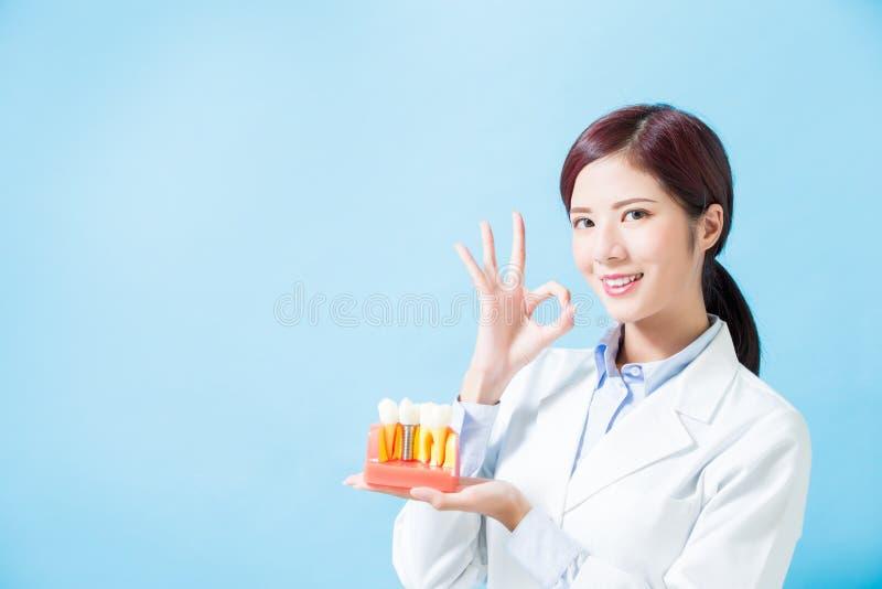 Diente del implante de la toma del dentista imagenes de archivo