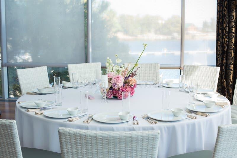Diente weiße Restauranttabelle des Ereignisses und wartet auf Gäste stockfotografie