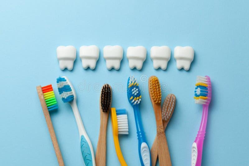 Dientes blancos sanos en fondo azul con el cepillo de dientes fotos de archivo libres de regalías