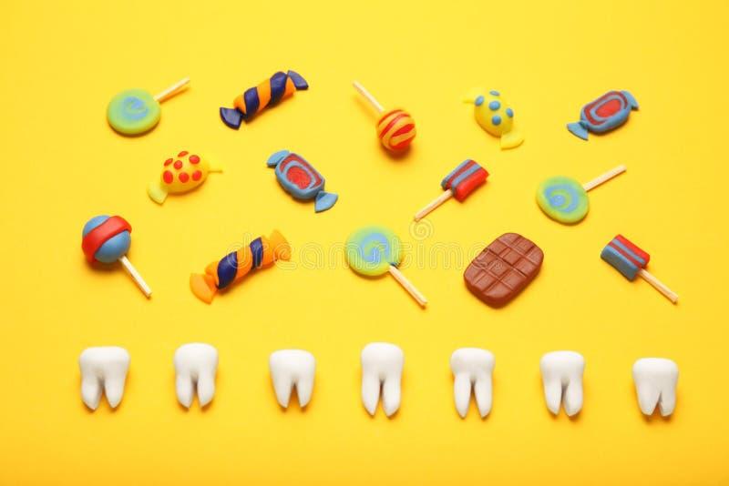 Dientes con los caramelos dulces Carie en los niños, atención sanitaria dental del diente imagen de archivo
