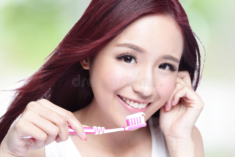 Dientes del cepillo de la mujer de la sonrisa imagen de archivo