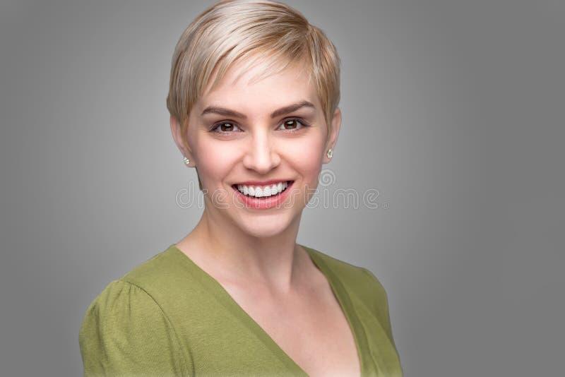 Dientes perfectos de restauración jovenes de la sonrisa del pelo corto del duendecillo del headshot de la mirada moderna de moda  fotografía de archivo libre de regalías