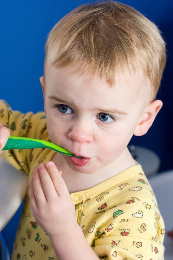 Download Dientes Que Aplican Con Brocha Foto de archivo - Imagen de cuidado, niñez: 7151804