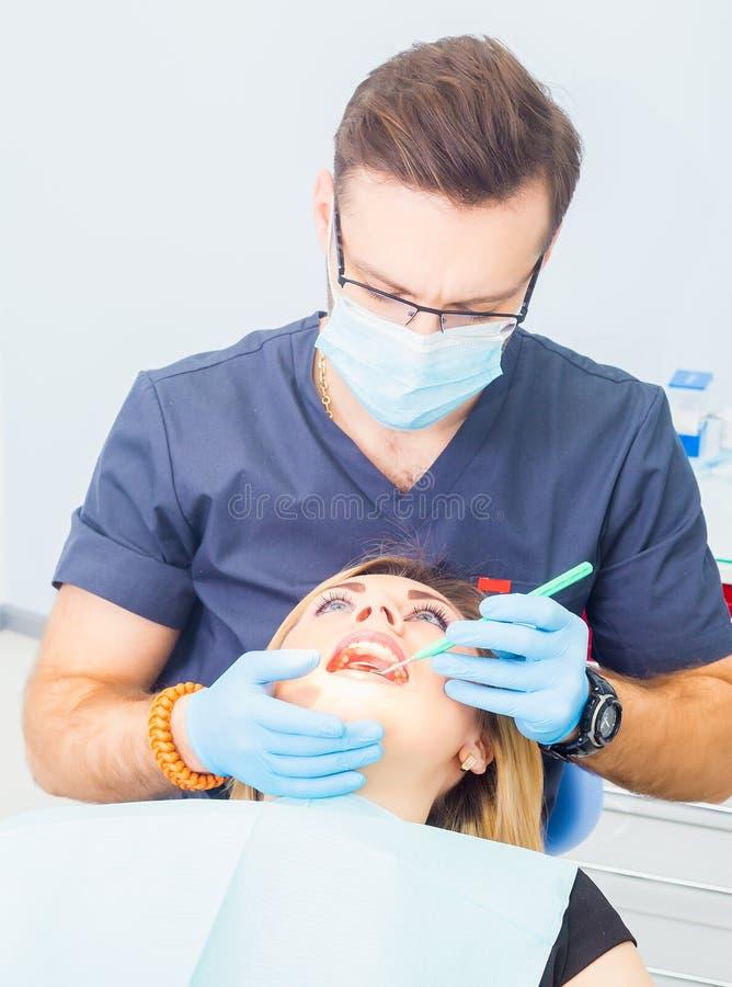 Dientes sanos pacientes en la prevención de la carie dental de la oficina del dentista fotografía de archivo