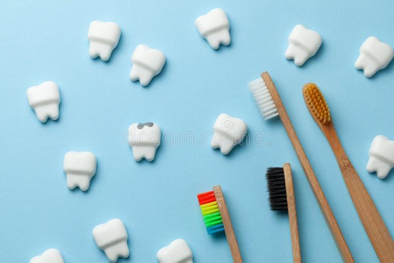 Dientes y diente blancos sanos con la carie en fondo y el cepillo de dientes azules imágenes de archivo libres de regalías