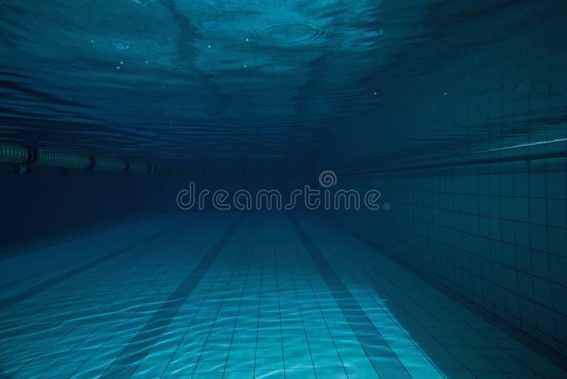 Diep blauw zwembad zonder daarin stock foto's