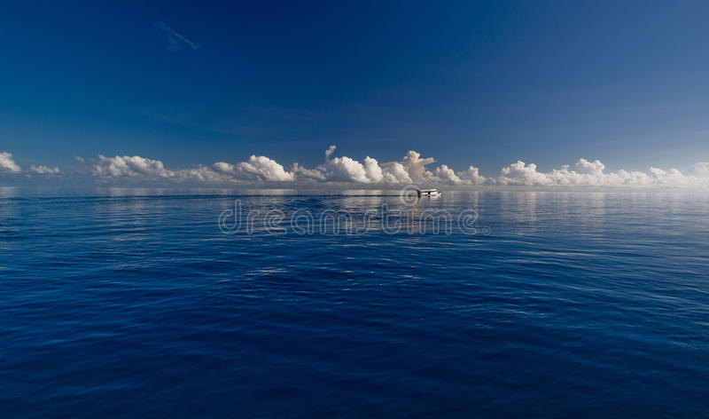 Diep blauwe oceaan en witte wolken royalty-vrije stock foto
