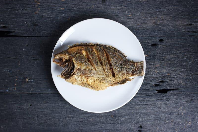 Diep Fried Tilapia Fish met zoute, Hoogste mening royalty-vrije stock foto's