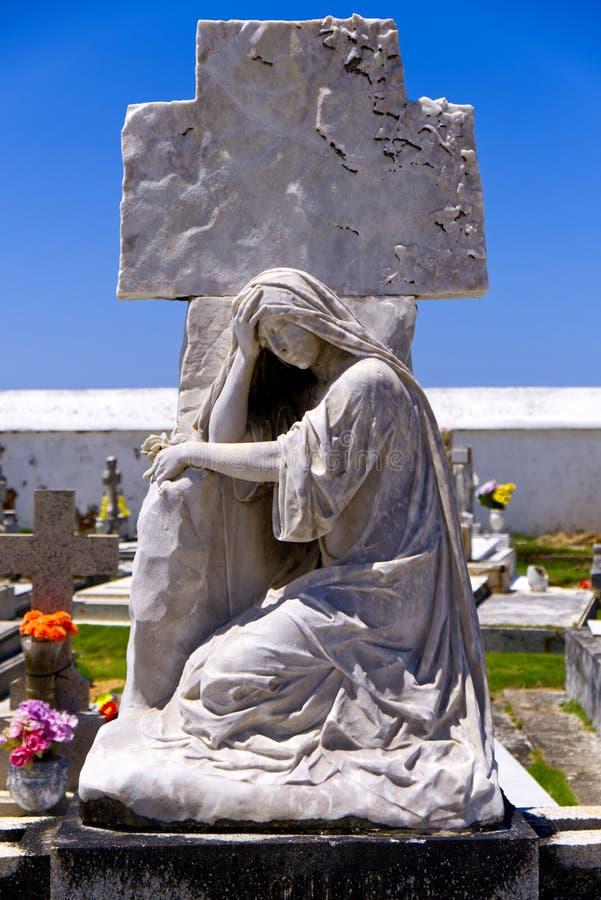 Diepbedroefd Standbeeld over Puerto Ricaans Graf stock foto's