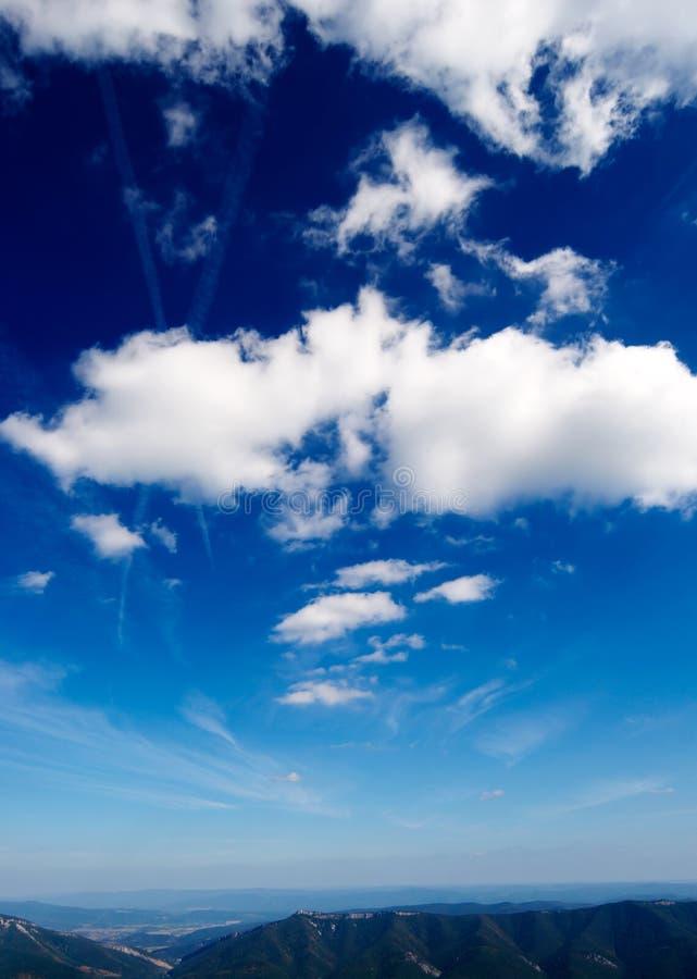 Diepe blauwe hemel royalty-vrije stock afbeelding