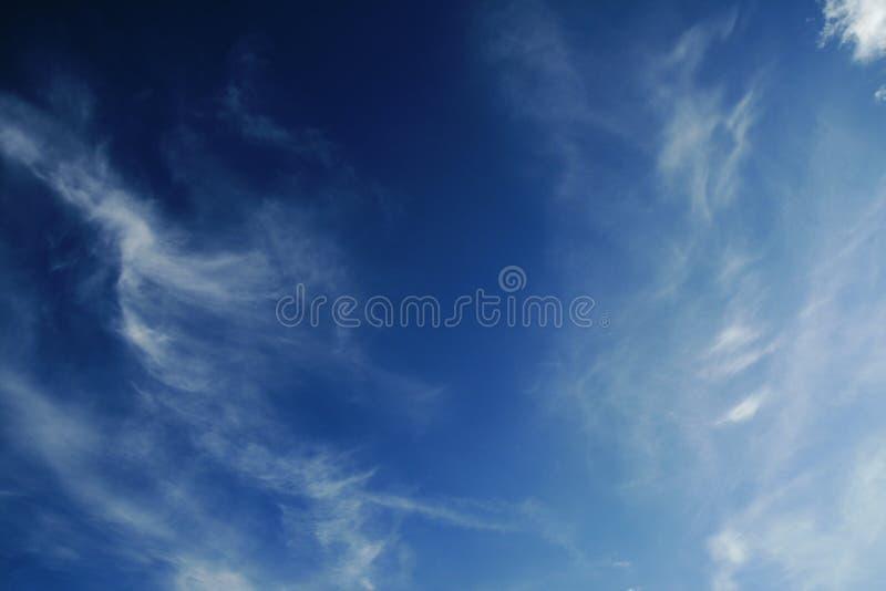 Diepe blauwe hemel stock afbeelding