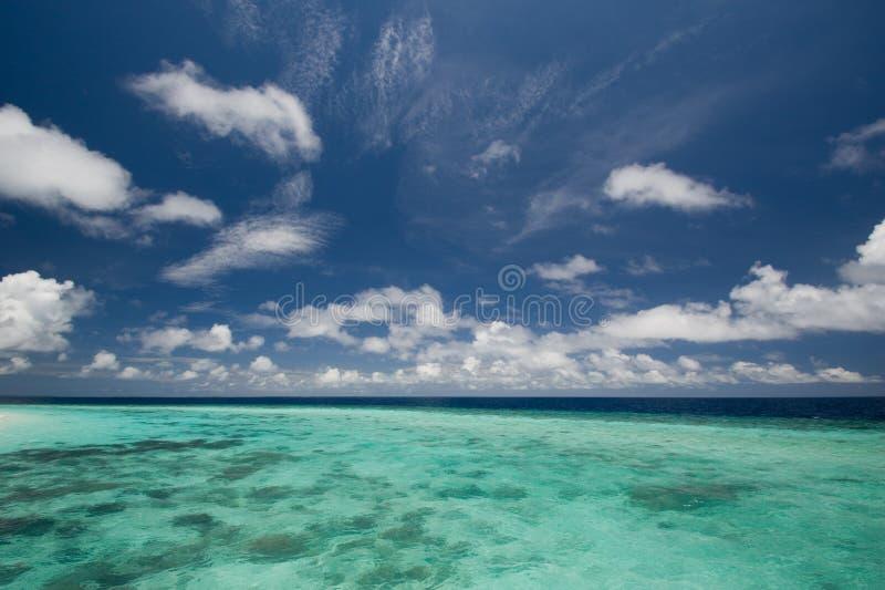 Diepe blauwe hemel en oceaan stock fotografie