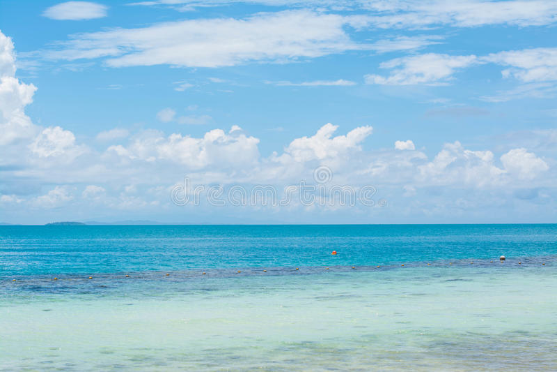 Diepe blauwe hemeloverzees stock foto