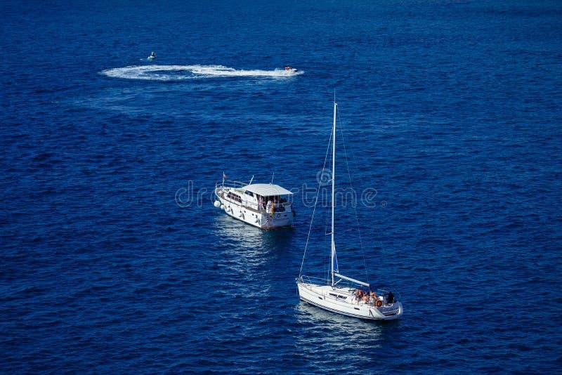 Diepe blauwe oceaan royalty-vrije stock foto