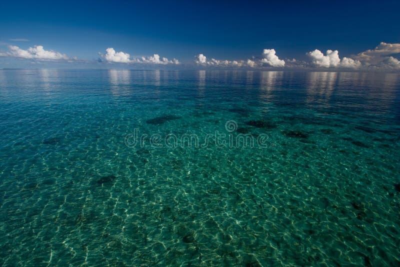 Diepe blauwe oceaan en wolken stock afbeeldingen