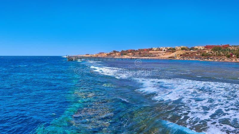 Diepe blauwe overzees met golven en stuk van eiland stock foto's