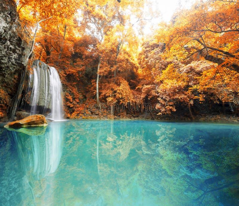 Diepe boswaterval in de herfstscène in Huay waterfal Mae Kamin royalty-vrije stock fotografie