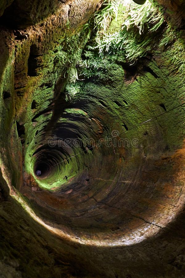 diepe en donkere waterput stock afbeelding