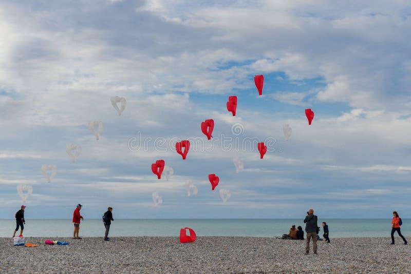 DIEPPE, FRANCE - 8 SEPTEMBRE 2018 : Les coeurs rouges et blancs de cerfs-volants volent dans le vent au festival des cerfs-volant image stock