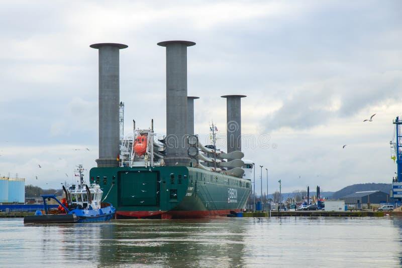 DIEPPE, FRANKREICH - 24. DEZEMBER 2018: Seetransport von Windkraftanlageblättern an einem Hafen von Dieppe Frachtschiff kreuzt La stockbilder