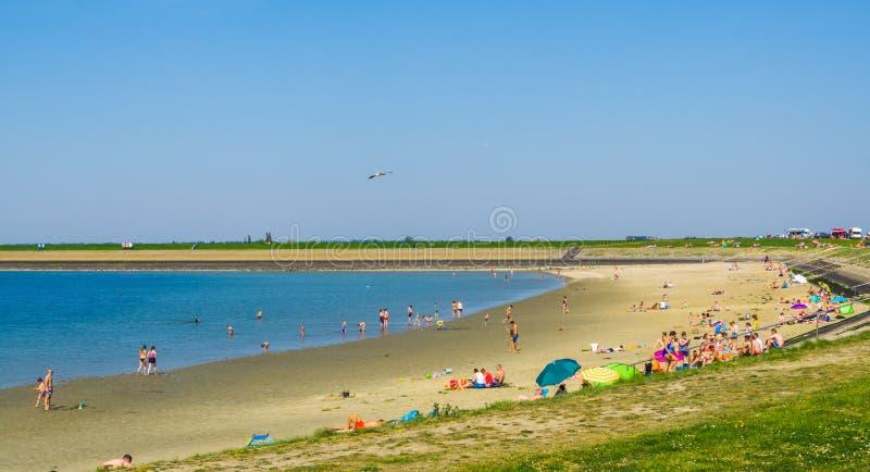 Diepsluis Bergse с туристами праздника во время сезона лета, популярный пляж внутри tholen, Зеландия, oesterdam, Нидерланд, 22 стоковые изображения rf