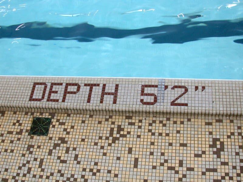 Diepte: 5 voet 2, pool van blauw? stock afbeelding