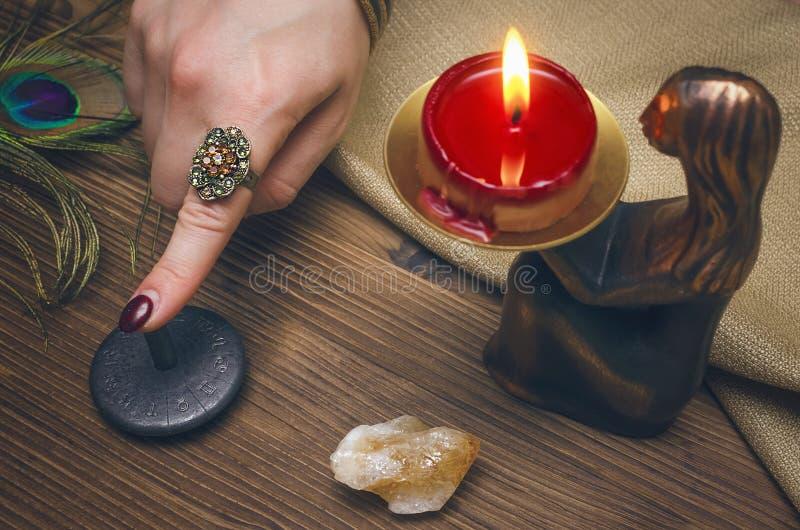 Dierenriemamulet Horoscoopwiel astrologie Fortuinteller divination stock afbeelding