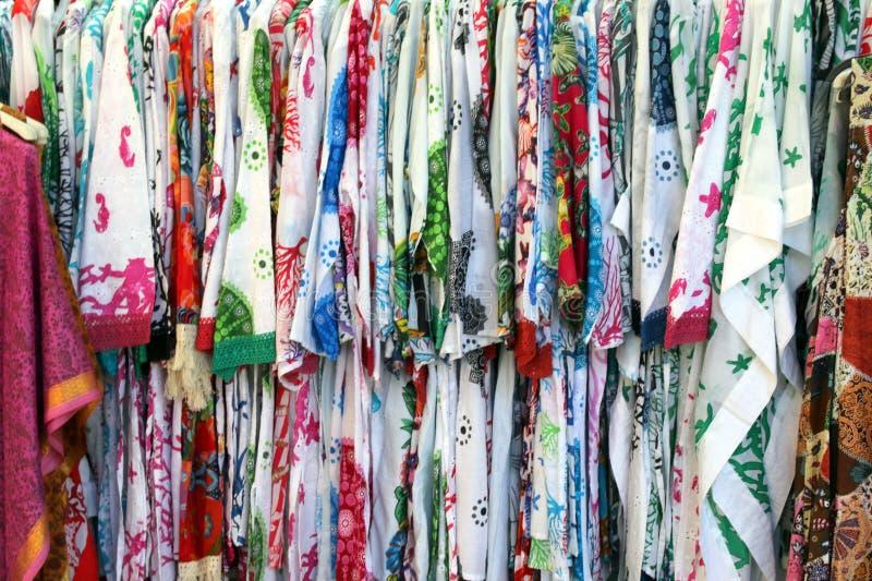 Diese sind bunte Kleider, die für Verkauf am Shoppe sind stockfotos
