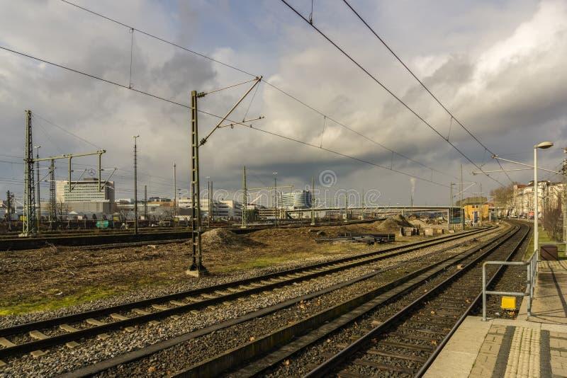 Diese sind die Eisenbahnen in der Richtung zu schlechtem Cannstatt lizenzfreie stockfotografie