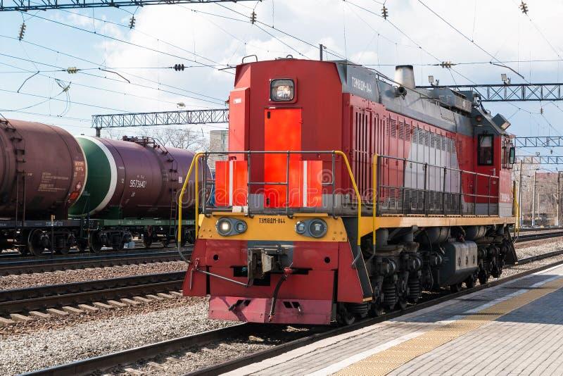Diesel elektrische afleidende voortbewegingsswitcher Lading die solo op het spoor gaan stock afbeeldingen