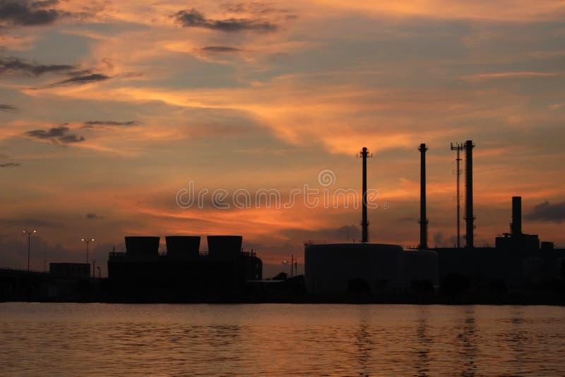 Diesel elektrische centrale op het water royalty-vrije stock afbeelding