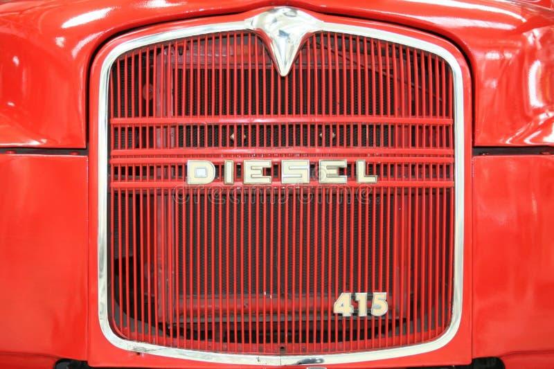 diesel- främre gammal röd lastbil royaltyfria bilder