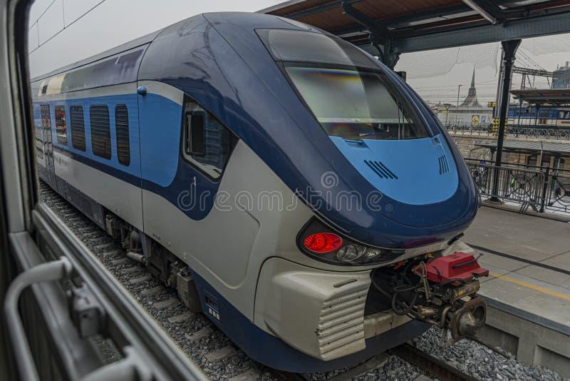 Diesel nieuwe blauwe passagierstrein in de hoofdpost van Plzen stock afbeeldingen