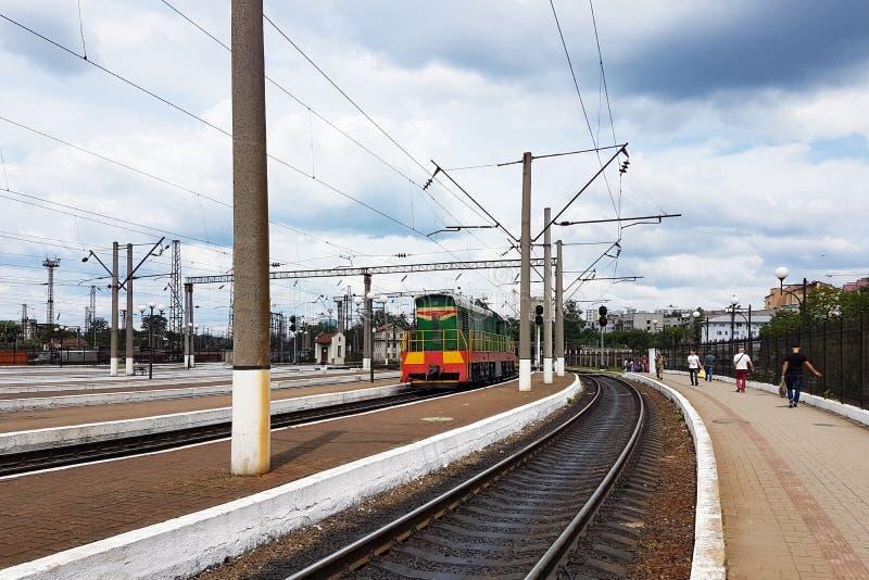 Diesel- shunting lokomotiv av ställningar för gröna och röda färger nära Peron Traktordrev av sovjetiska tider Infrastrukturtrans royaltyfria bilder