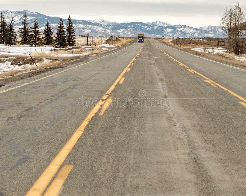 Diesel vrachtwagen die een weg in landelijk Idaho met een lading o naar beneden rollen royalty-vrije stock fotografie