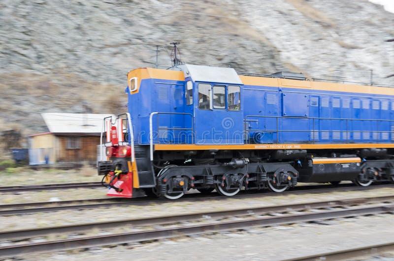 Diesellokomotivebewegliches throufh die Circum-Baikal-Eisenbahn lizenzfreies stockbild