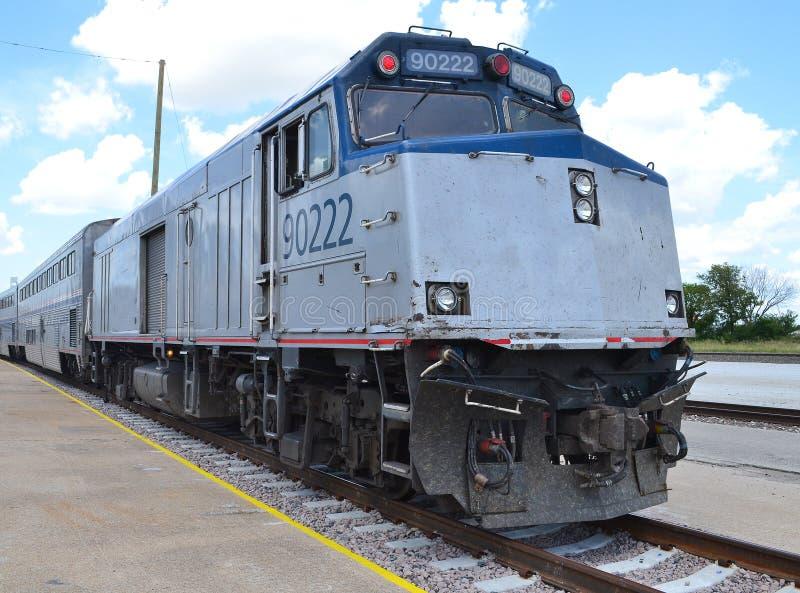 Dieselmotor des amerikanischen Personenzugs mit Trainern lizenzfreies stockbild