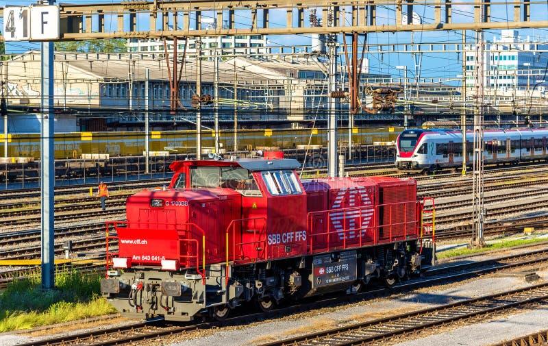 Dieselshunter för grupp f.m. 843 på järnvägsstationen för Basel SBB Dessa lokomotiv byggdes av Vossloh i 2003-2009 arkivbild