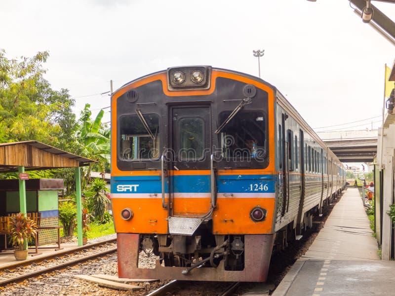 Dieselzug, der auf Bahn an Lat krabang Bahnhof läuft stockbild