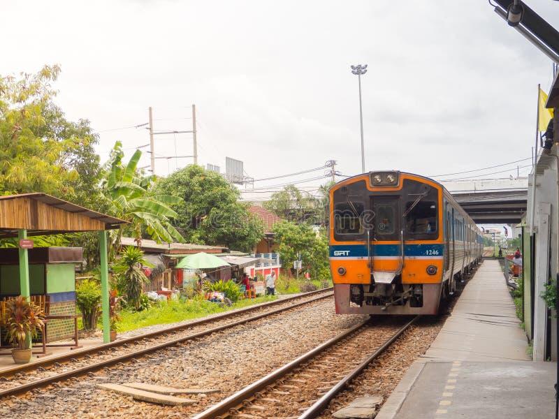 Dieselzug, der auf Bahn an Lat krabang Bahnhof läuft stockfotografie