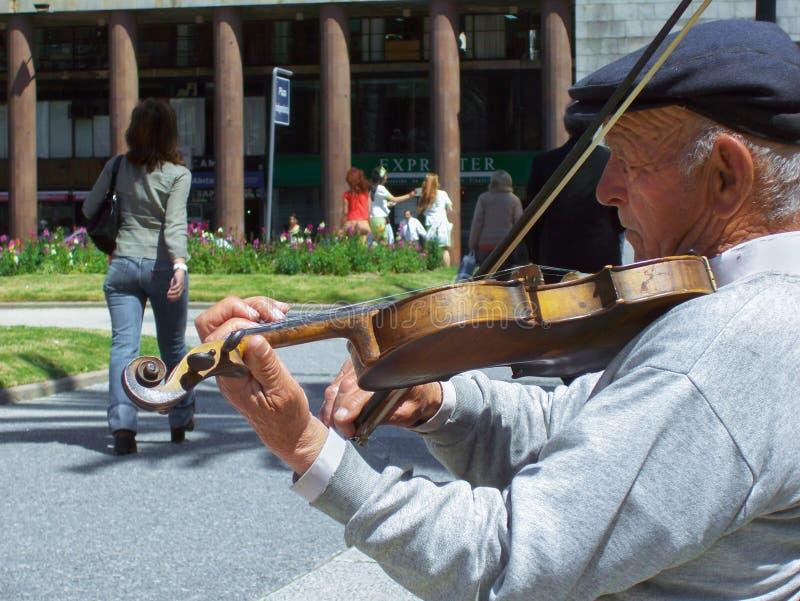 Dieser alte Musiker spielt immer die Violine, um die Unabhängigkeitspiazza zu erhellen lizenzfreies stockbild