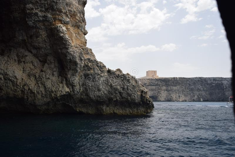 Dieser schönen Seeszene wird eine Höhle vor der Küste von Malta eingelassen stockfoto