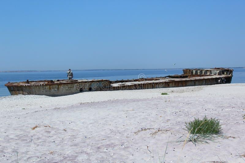 Dieses alte und rostige Schiff ist auf dem Kinburn-Spucken stockfotografie